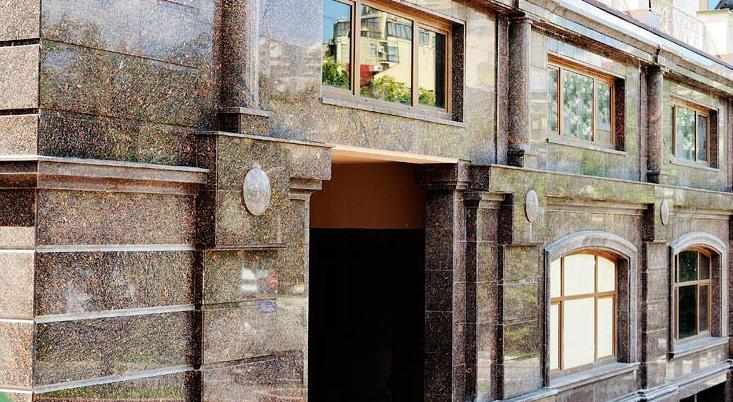 Фасад оздоблений гранітом