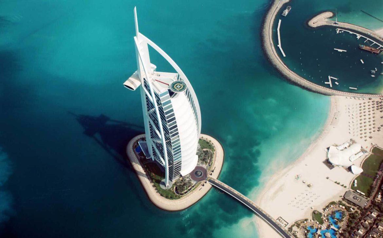 фасад отеля Burj Al Arab