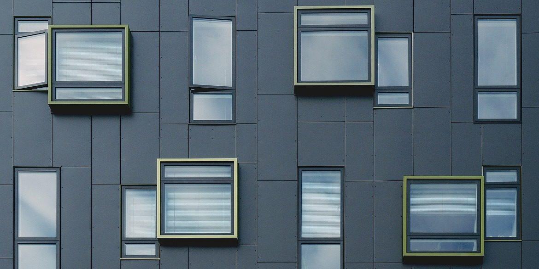 Фасадні панелі з композиту: технологія і особливості виробництва АКП